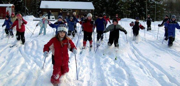 Glade barn. Full fart på skidag for Østbygda skole i 2004.