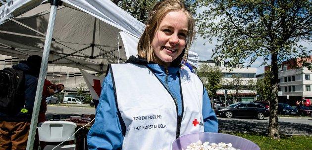 """- """"Tør du å hjelpe?"""", spør Sigrid Tofte Thiis fra Røde Kors Hjelpekorps, og har trykt slagordet på vesten."""