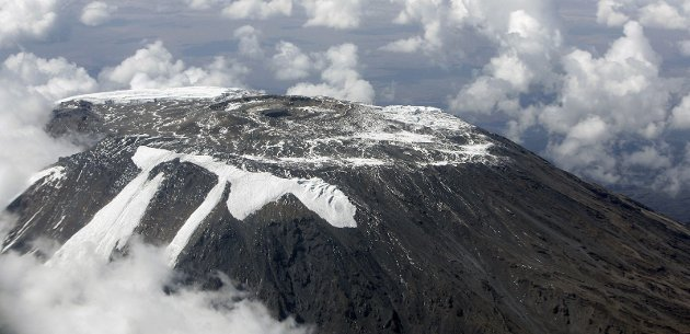ENDRINGER I KLIMA: Snø og is smelter over hele verden. Det kan få store konsekvenser for jorda i årene framover. Dette bildet ble lagt fram under et møte i FNs klimapanel i 2014 og viser toppen av fjellet Kilimanjaro i februar 2009. Der er det ikke mye snø igjen.Foto: FN