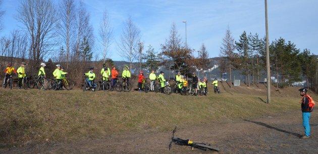 Sykkelbane: Her ved grusbanen til Vik skole blir det sykkelbane i juni.