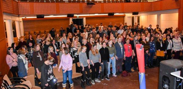 Kommuneslaget 2019: 180 korsangere er klare for det siste slaget 23. mars. Torsdag kveld var det felles øvelse i Askim kulturhus.
