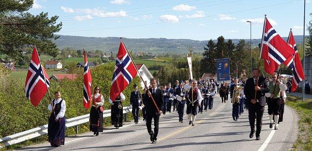 Toget ledes an av Rektor Tommy Brenna i midten, FAU-leder Håvar Fruseth og Signe Haga fra 17.mai-komiteen.