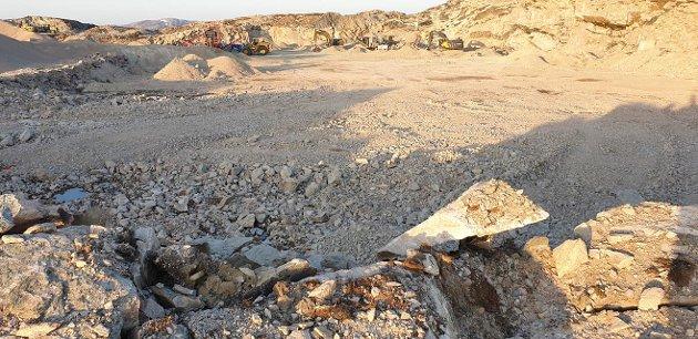 Bildet viser et område klartgjort til å starte med å støpe sokkelen til en eneste vindturbin. - Etter siste opplysninger fra Eolus, blir det omkring 75 slike ørkenområder i Øyfjellet, skriver Bjørn Økern.