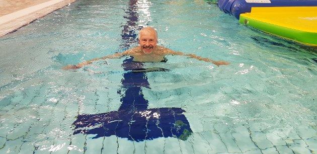 PÅ SVØM: Indres journalist Øivind Eriksen flyter godt i vannet, og mener at Bjørkebadet er et viktig folkehelsetilbud i kommunen.