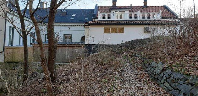 - En utvidelse og påfølgende utnyttelse av det omsøkte området, vil måtte medføre rasering av den gamle muren og bortfall av stien som nå ligger der, skriver Kragerø Bys Venner i dette innlegget.