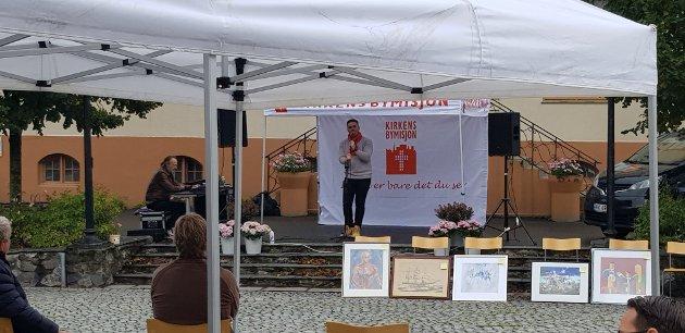God stemning på konsert og auksjon ved Kragerøs gamle jernbanestasjon.