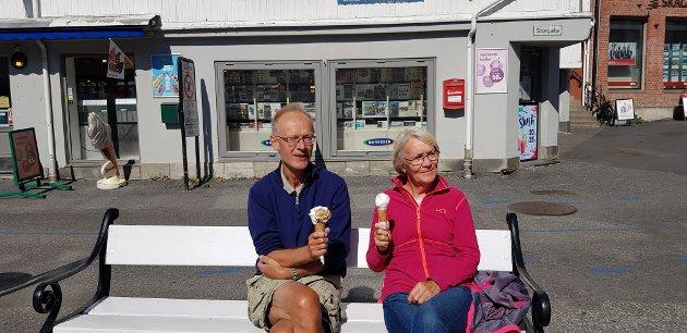 Inger Stormyr Simonsen og Steinar Simonsen nyter en is i sommerværet.