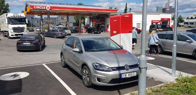 DRIVSTOFF: Circle K selger fossilt drivstoff og elektrisitet til biler. Her på Gjøvik.
