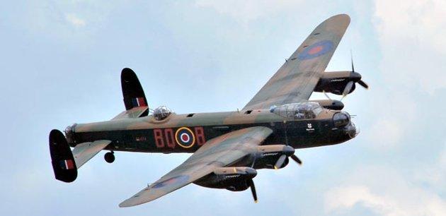 Lancastere som slipper bomber. Ikke samme type som over Vallø.