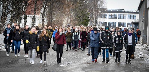 Skolestreik mot skolestruktur. Demostrasjonstog fra Moheia til Rådhuset med apeller til Ordfører Geir Waage. Dina Johanne Bohlin, Hannah Høsøien og Ida Anette Larsen.