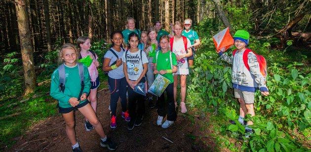 Søndagens øvelser på Ås IL sin sommeridrettsskole var orientering og håndball. Her er barna på tur i Askjumskogen.