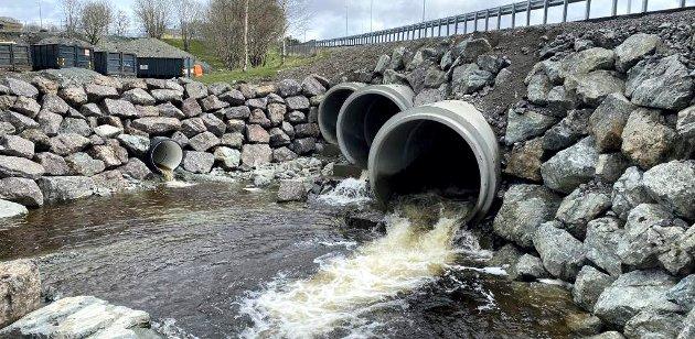 Veianlegg ferdig i 2019 velger tre underdimensjonerte betongrør som løsning for å få fisk og vann fra forbi veien.  Hvorfor valgte man ikke bevart elvebunn og halvkulvert med stor diameter som løsning her?