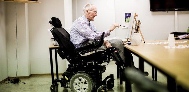 Malerglede: I kjelleren på Libos er det lagt til rette for at rullestolbruker Trygve Bakke - 86 i oktober - kan dyrke hobbyen han har uviklet siden han ble pensjonist da han var 77. Alle fotos: Tom Gustavsen