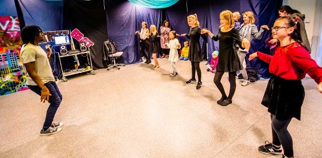 BARNAS VERDENSDAG: Den ugandiske danselæreren Herbie Skarbie engasjerte både barn og voksne da han holdt oppvisning og lærte bort street-beat-dans på Barnas verdensdag i Ås.