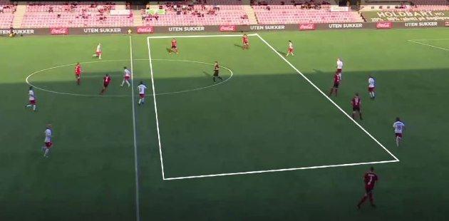 I perioden Vidar dominerte og scoret sine to mål, slet FFK med enorme avstander mellom forsvar, noe som ga bortelaget mye rom å spille i. Nok et eksempel på at FFK-spillerne slet med å spille hverandre gode.