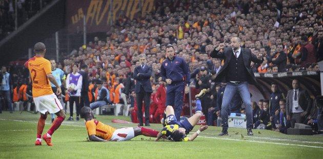 Galatasaray mot Fenerbahçe. Det er kampen ingen vil tape – og da går det hardt for seg ute på gressmatta.