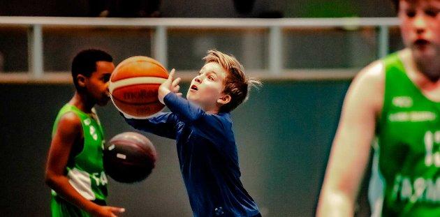Etter å ha spilt basket i tre måneder har Johannes Aasheim (11) fått meget godt grep om den store ballen og spillet.