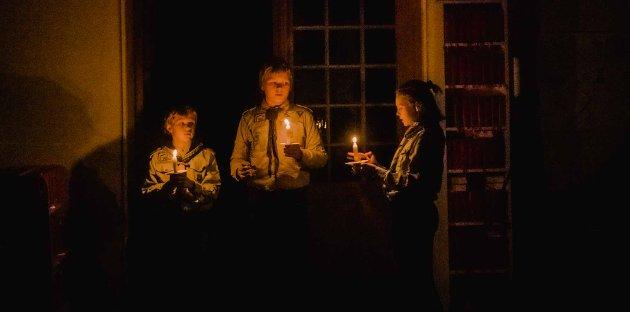 Oluf Olde (12) (t.v.), Arin Olsen Svebak (14) og Liv Anette Koch (12) var de tre speiderne med ansvaret for en vellykket lysmesse i Ås kirke.