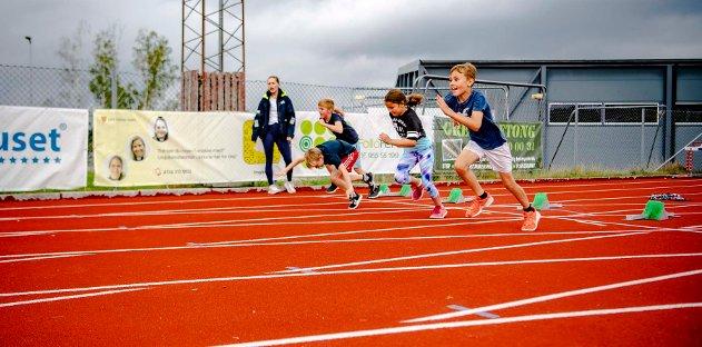 Friidrett på Ås stadion i tre dager er en populær sommeraktivitet. Her har det hele startet og noen av deltakerne har kommet ut av startblokka.