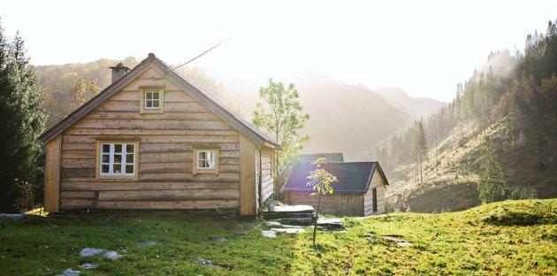 LARSBAKKEN: Velkommen til Larsbakken. Ferieparadiset til Anne Marie Sand Bakken og Roy Håvard Løseth gjennom snart 20 år på Tysselandet i Fjaler. Dette bildet er tatt frå då Firda var på besøk på Larsbakken i 2008.