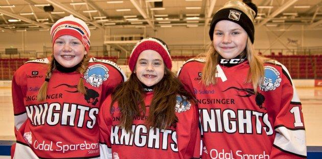 Tøffinger: Alma Risberg (11), Thilde Lillenes Taftø (9) og Pernille Sørli Løvlie (11) elsker å spille ishockey for Knights. De ber alle tøffe jenter, som kunne tenke seg et lynkjapt samarbeid, om å melde seg til tjeneste for klubben.bilder: erik mæhlum