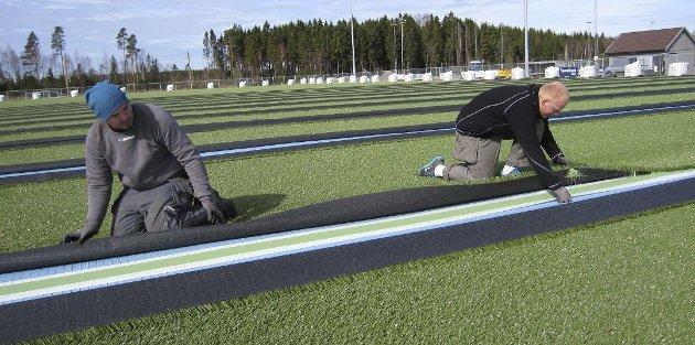 Kunstgress legges på plass: For Kråkerøy IL betyr kommunens nei til gummigranulat at banen ikke blir klar til seriestart. – Brukerne synes helt sikkert det er greit å vente noen måneder på en miljøvennlig løsning, skriver Mona Vauger.