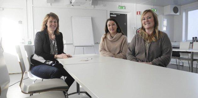 FÅR SKRYT: Hanne Espelund (t.v.), Kirsten Lehrmann og Wanja Brattli jobber alle i barnevernet i Halden. Nå får de ros fra en mamma som opplever å ha fått veldig god hjelp.