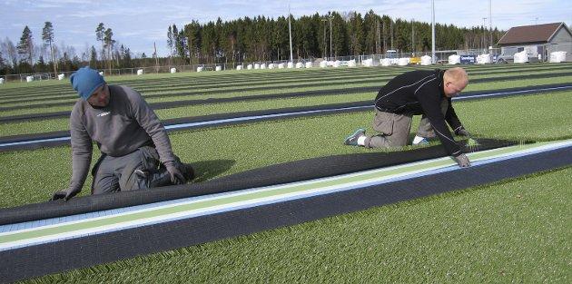 Avhengig: I Norge er det mer enn 1700 kunstgressbanmer i forskjellige størrelser, forbundet tar derfor eventuelle problemer om gummigranulater på alvor. Bildet er fra kunstgressbane- etableringen i Råde Idrettspark.