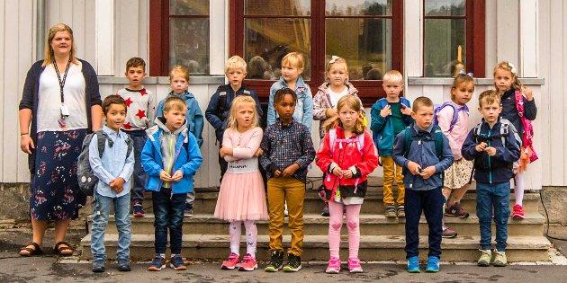 Dette er 1.-klasse som startet på Kroer skole torsdag denne uken. Elevene er (alfabetisk rekkefølge): Thilde Baumann, Vebjørn Birge Kvam Berdinsen, Phebe Lauri Boek, Lea Breivik, Emilie Gulliksen, Noah Gustafsson, Mikkel Lødum Haraldseid, Daryan Hasan, Edwin Mirzawi Haarseth, Frithjof Johannessen, Amandus Kvifte, Signe Alexandra Bihaug Mathiessen, Yonas Mekonen, Sara Saulite, og Theo Sylwester Wiatr. Klassens lærer er Tone Engebakk.