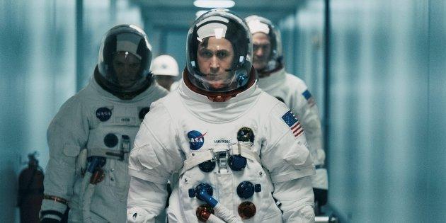"""KLAR FOR AVREISE: Neil Armstrong (Ryan Gosling) leder an. Bak Michael Collins og Edwin """"Buzz"""" Aldrin."""