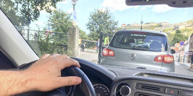 I BILEN: Signert-skribenten sitter her i bilen og venter på å krysse Storgata mens Ladies Tour of Norway passerer i tre runder.
