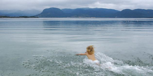 PÅSKEBAD: Ingrid Malmberg kastet seg i sjøen andre påskedag for å få ta i en volleyball som havna i vannet.