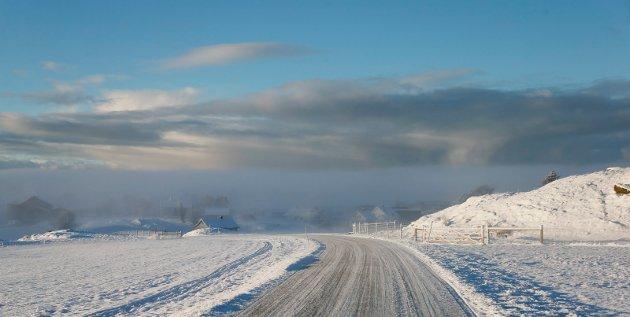 Fenomenet frostrøyk dannes når kald luft driver over en varmere vannflate. Lufta tilføres vanndamp og kondensasjon oppstår. Den varme med fuktige luften stiger samtidig, og frostrøyken virvles opp i spiralforma bevegelser. I høyden fordamper kondensen på nytt i umetta luft, slik at frostrøyk sjelden når særlig høyt. Her fra Avaldsnes