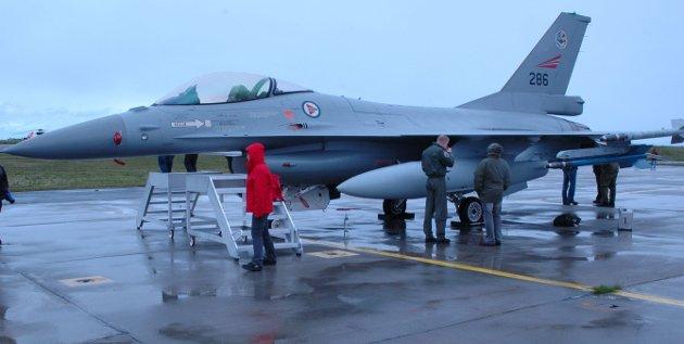 F-16, her fotografert på et flystevne, har vært i tjeneste i Luftforsvaret mer enn halvparten av den tiden Luftforsvaret har vært egen forsvarsgren.  Flyet erstattes nå av F-35.