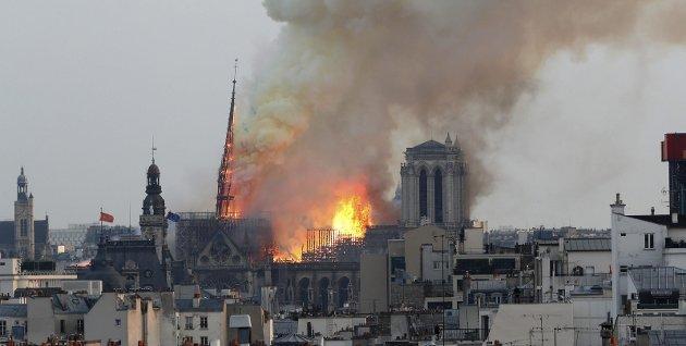 Påminnelse: Notre-Dame-katedralen er et resultat av enkeltmenneskers genialitet og skaperkraft, men den ville aldri blitt til uten tusenvis av fattige arbeideres fysiske slit. Til sammen utgjør det et kulturelt uttrykk for flere århundres tidsånd, skriver innsenderen.
