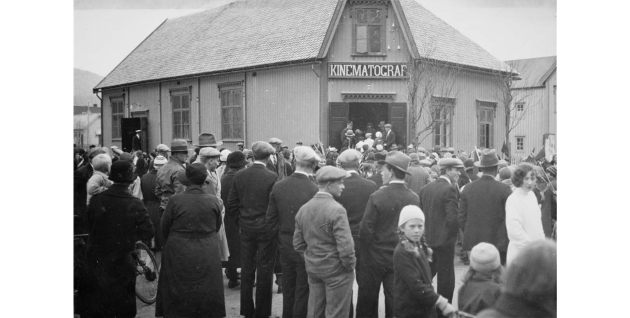 Mosjøens første kino. Folkemengde ved Kinematograf (kino) på hjørnet C.M. Havigs gate og Petter Dass gate.