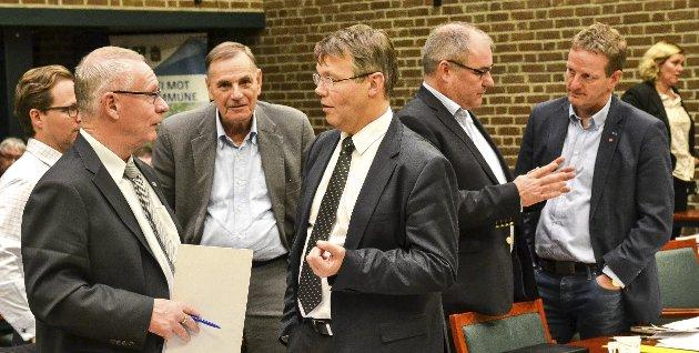 GAMLE OG NYE SANDEFJORD: Tor Steinar Mathiassen (til venstre) gir tydelig uttrykk for at jeg ikke burde mene noe om verken fotball, politikk eller ledelse, for etter hans syn så kan man alt dette bedre i gamle Sandefjord, skriver Bjørn Orerød (til høyre).