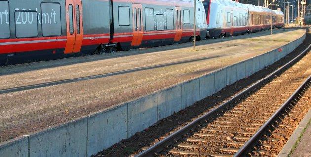 DOBBELTSPOR: Om ny stasjon kan passeres i kun 100 km/t, blir den en solid «fartshump» med tilhørende oppbremsing og akselerasjon for fjerntog, skriver Tormod Gusland. Foto: Jarlsbergs Avis