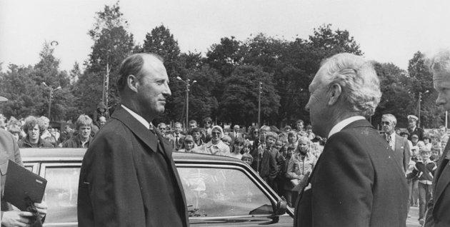 Daværende kronprins Harald besøker Momarken i anledning Østfold Landbruksselskaps 150 årsjubileum i 1980. Her i samtale med Johan Martin Lund.