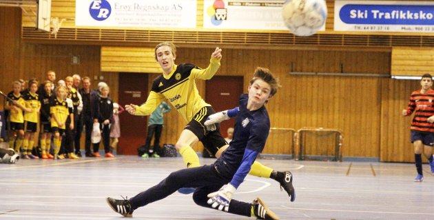 Score mål: Unge fotballspillere skal få lov til å konsentrere seg om å score mål og ikke ha andre bekymringer når de spiller, påpeker innsenderen, som skriver om alkovett i idretten.