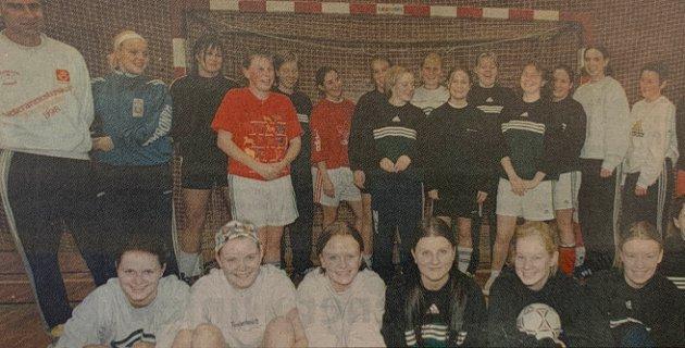 Håndball: Med spillere fra hele regionen og felles treninger med J-17-laget, håper Fåset-Tynsets damelag å redde stumpene av distrikters engang rike håndballmiljø. Spillesugne jenter fra fire kommuner bidrar til å holde liv i laget. F.v. Hilde Malin Bergseth (Folldal), Kjersti Losgård (Fåset), Tone Holte (Dalsbygda), Mari Waagan (Tynset), Monika Flaa (Kvikne), Ingrid Nygjelten (Hodalen), Kjersti Simensen (Os) og Anne Maren Røseplass (Tolga).