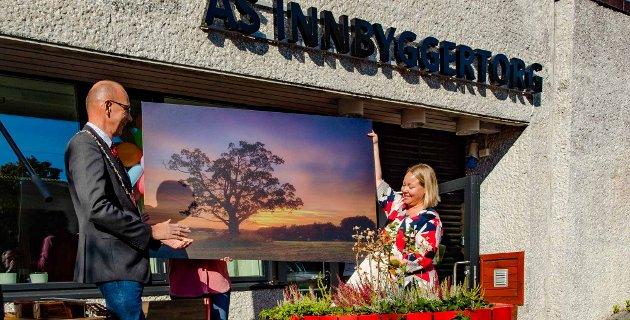 Ordfører Ola Nordal overrakte gave fra Ås kommune til Ås innbyggertorg. Gaven var et stort foto av Ås-eika, tatt av fotograf John Einar Sandvand. Maria Therese Jensen mottok på vegne av innbyggertorget.