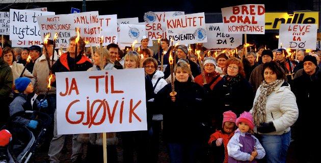 REAKSJONER: Artikkelforfatteren reagerer på vekting og vinkling på samfunnsanalysen, og mener Gjøvik egentlig burde hatt hovedsykehuset. Bildet er fra sykehusaksjonens demonstrasjon i fjor vinter.