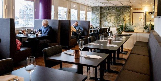 Åpent og intimt: Lokalet i Lotus Asian Cuisine er åpent og luftig, men byr også på intimitet med med bord og sofaer med høy rygg, som nærmest gir en følelse av å sitte i en egen «kupé» for seg selv.Foto: Vidar Sandnes