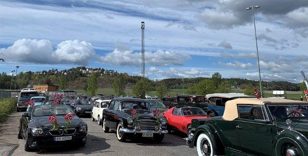 HUNDRE VETERANBILER: Opptil 120 biler dukket opp for å være med på bilkortesjen, og lagde altså en kortesje på over 1 kilometer.