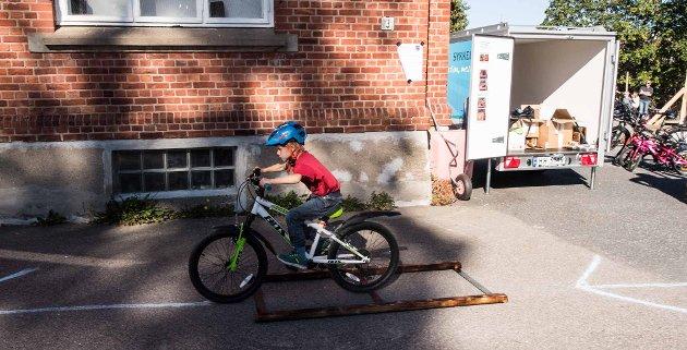 FULL KONTROLL: Jørgen (7) prøver seg på sykkelhinderløypa til Ås kommune.