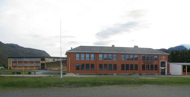 Bjerkvik Skole. Barneskolen det oransje bygget. Ungdomskole det gule bygget i bakgrunnen.
