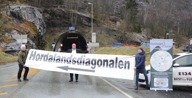 Anrfinn Førsund (daglig leder i Hordalandsdiagonalen AS), ordfører Roald Aga Haug (Ap) og Ingvald Torblå (styreleder i Hardanger Industri) jublet i fjor da det ble kjent at det endelig skulle gjennomføres en utredning for arm til Bergen. Nå har de fått konkurranse så det holder av Sunnfast AS.