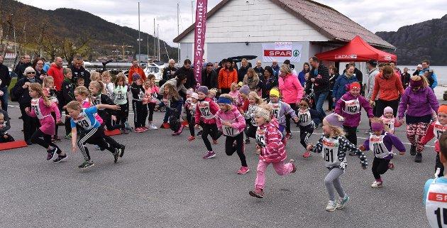 Jenter 0–7 år legg ut på sine 300 meter.