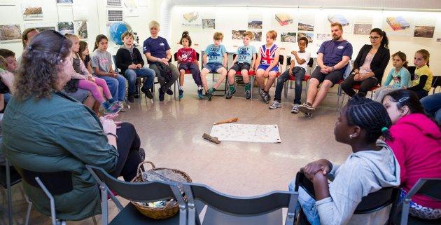 GEOLOGIDAG: Sommerleirens geologidag startet på biblioteket hvor geologikonsulent Inger Marie Gabrielsen fortalte ungene litt om hvrdan de skulle finne fosilene.